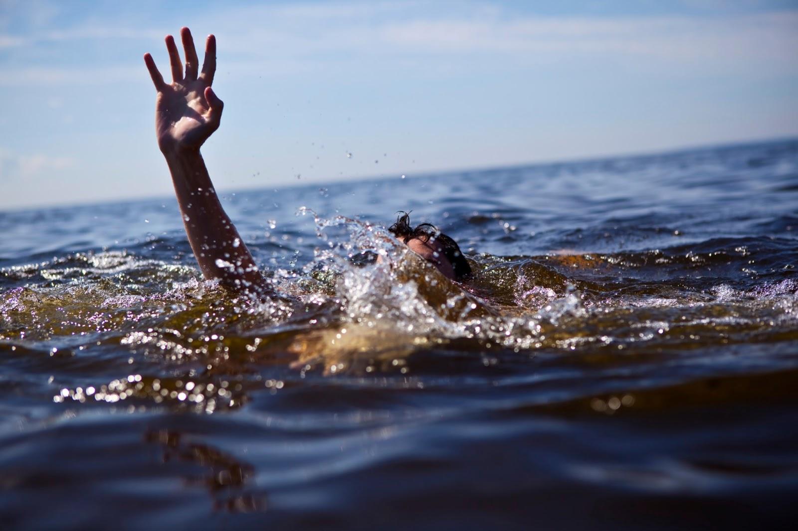 homem afogando mar